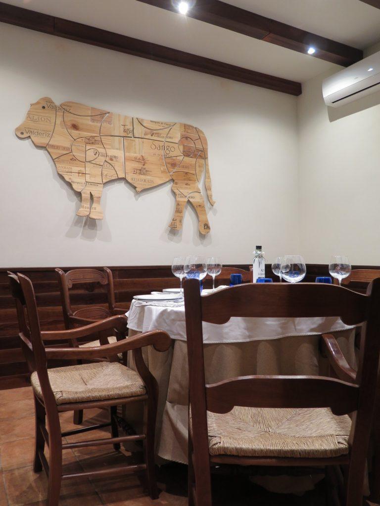 Cálida, cuidada y sencilla, así es la decoración de los salones interiores de El Carrito. Foto: CosasDeComé.