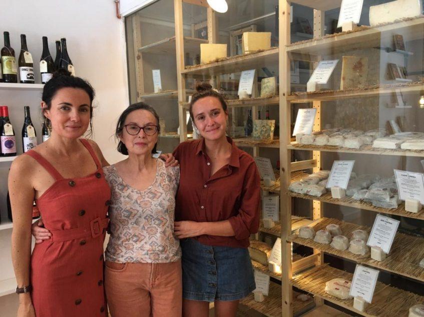 Eugenia, María y Claudia Orzáez junto a la selección de quesos de su tienda gourmet. Foto: CosasDeComé.