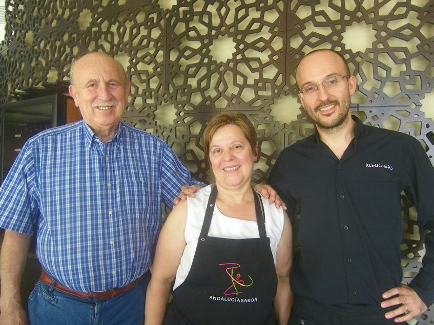 Miguel Palomo García junto a Teresa Ortiz y el hijo de ambos, Miguel Palomo Ortiz que es ahora el jefe de sala del establecimiento. Foto: Cosasdecome