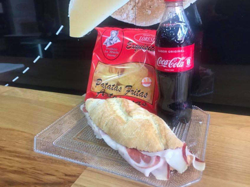 Bocadillo de jamón, patatas fritas y botella de refresco, fast food a la española. Foto cedida por el establecimiento.