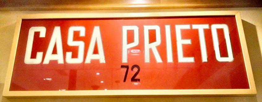 Rótulo con aire de los años sesenta, década en la que se fundó Casa Prieto. Foto cedida por el establecimiento.