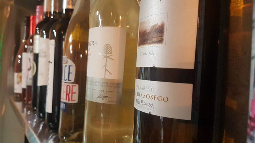 Un total de veinticinco variedades de vinos conforman la bodega del establecimiento. Foto cedida por Gianni Tapas.