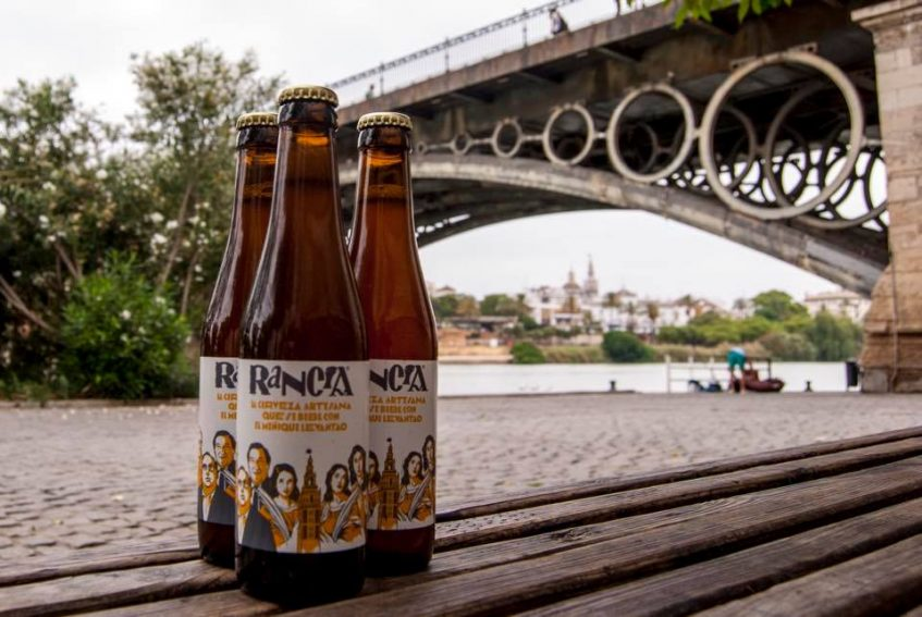 La cerveza símbolo de sevillanía ya ha aterrizado en dos establecimientos de Triana: Montalván y Las Golondrinas. Foto cedida por el equipo Rancia.