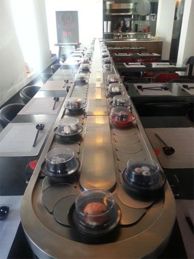 La llamativa cinta transportadora de Kakure por donde van desfilando los platos. Foto: Cedida por Kakure