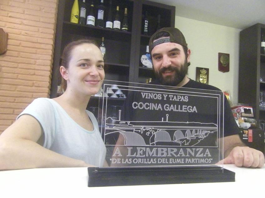Tamara Martín y David García tras la barra de A Lembranza. Foto: Cosasdecome