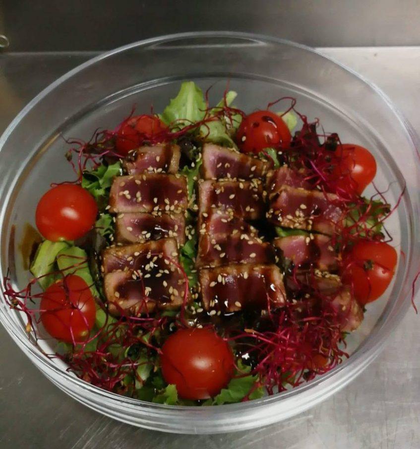 Ensalada de tataki de atún, gran protagonista de la cocina de A la Mar. Foto cedida por el establecimiento.