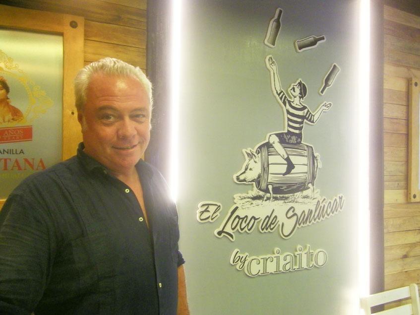 David Hidalgo junto al logotipo de Criaito y su taberna El Loco de Sanlúcar. Foto: Cosasdecome