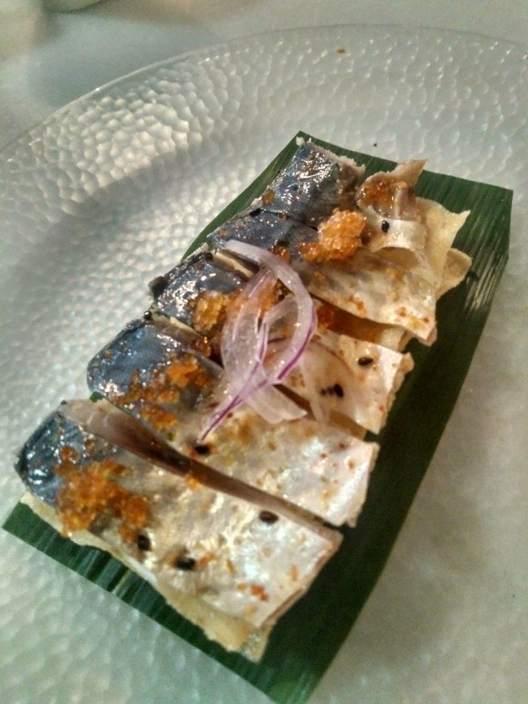 Caballa marinada en crujiente con huevas de tobiko, la elaboración más demandada. Foto cedida por el establecimiento.