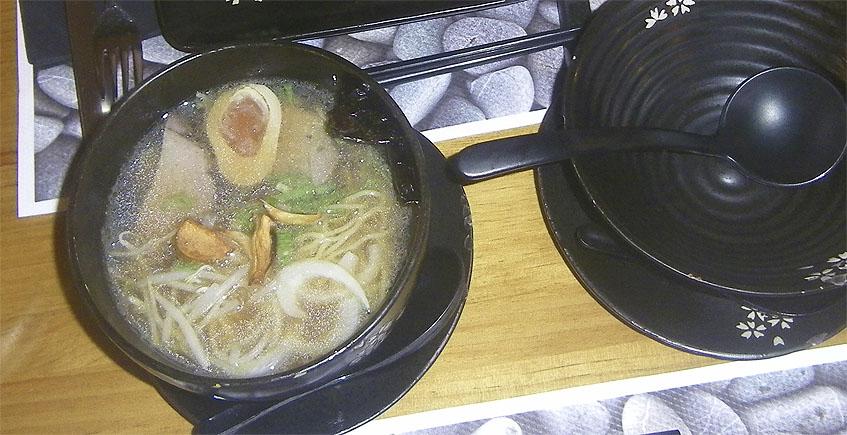 El ramen de Kakure. Puede verse el medio huevo duro. Foto: Cosasdecome