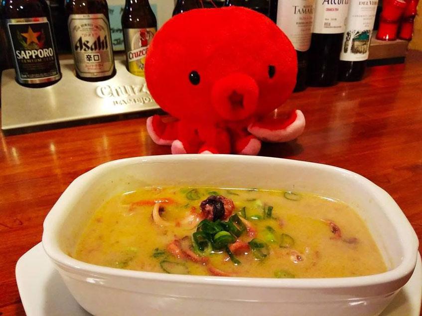 En la hermandad del sushi se pueden encontrar platos fuera de carta como esta sopa de miso con pulpos andaluces. Foto: Cedida por el establecimiento