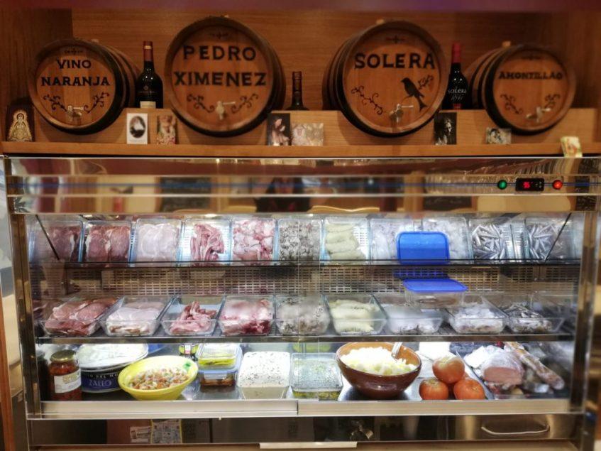 Vitrina de productos y vinos a granel de la que los hermanos Verdugo se sienten especialmente orgullosos. Foto cedida por el establecimiento.