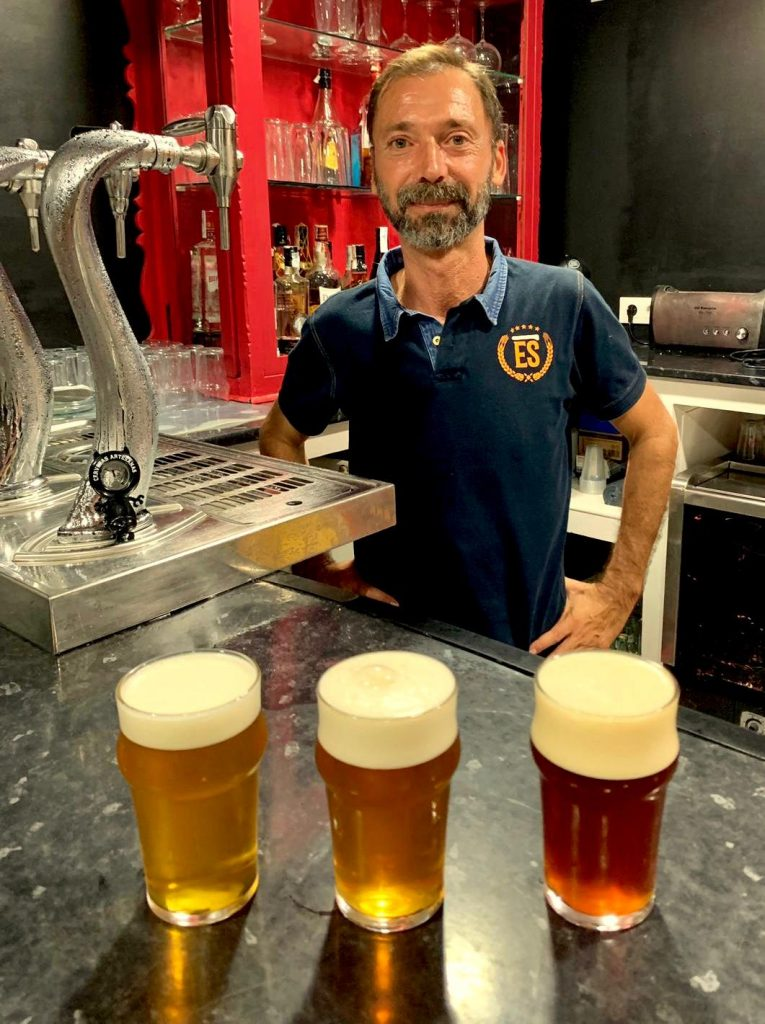Enbirra Sana oferta una veintena de cervezas artesanales de botellín y tres de tirador. Foto cedida por el establecimiento.