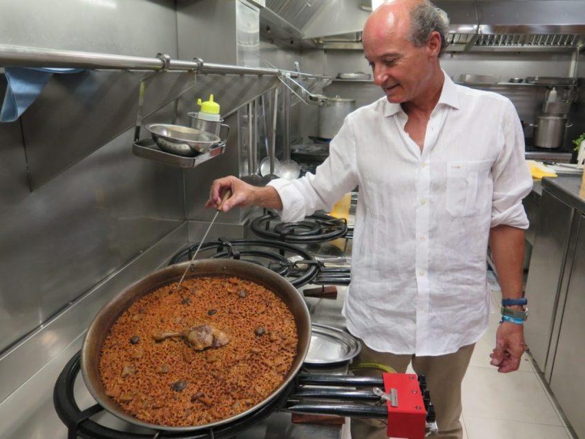 Carlos Otaola junto a la batuta que utiliza para elaborar sus paellas. Foto: CosasDeComé.