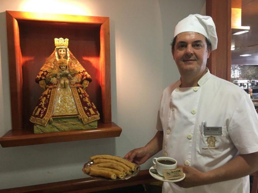 Chocolate y churros, binomio inseparable que sostiene Fernando Rubio, responsable de la chocolatería Virgen de los Reyes