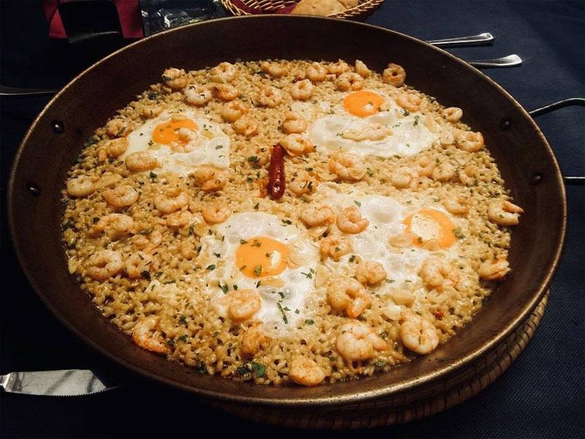 El arroz con gambas al ajillo y huevos fritos de Criaito. Foto: Cedida por el establecimiento.