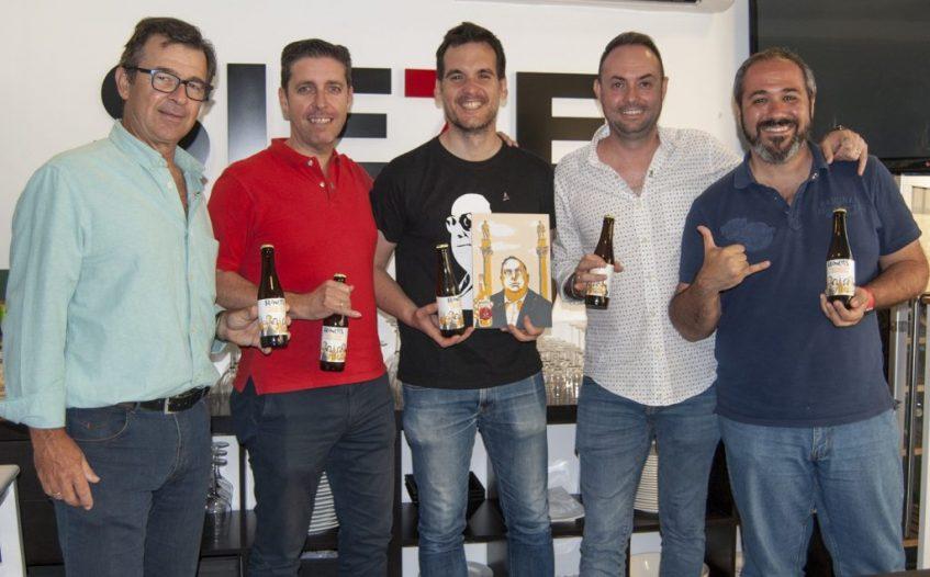 Los cinco socios de Rancia durante la entrega del cheque del proyecto del Pali. Foto cedida por el equipo de Rancia.