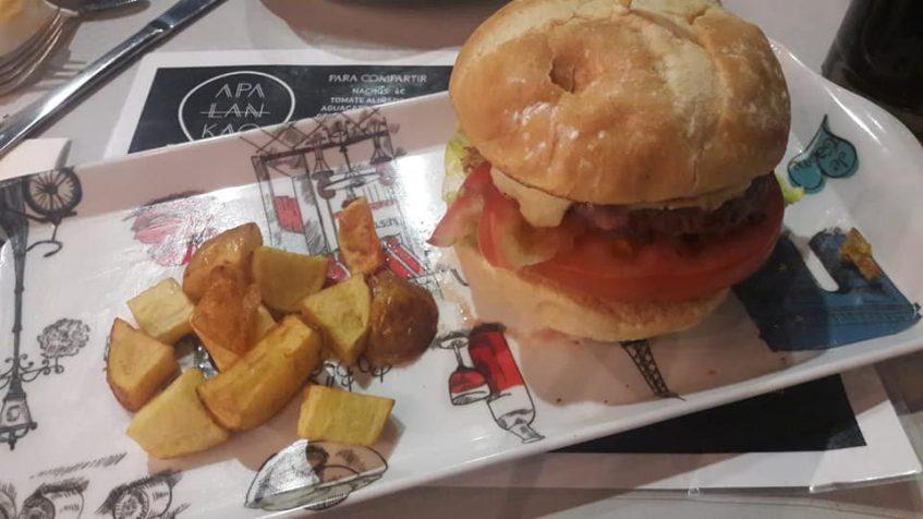 Las hamburguesas y sandwiches proliferan en la carta de este nuevo establecimiento. Foto cedida por Apalanka Street Food