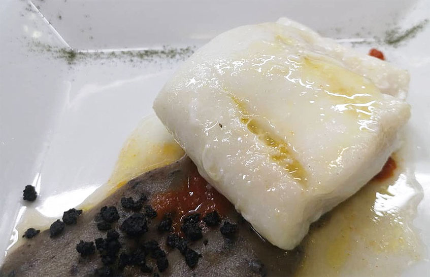 El plato de bacalao que elabora el cocinero Luis Prieto en el restaurante El Pulpejo utilizando la esencia de oliva y el paté de aceitunas prietas. Foto: Cedida por el establecimiento