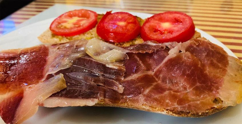 La tostada con jamón y tomate del Rinconcito Sevillano