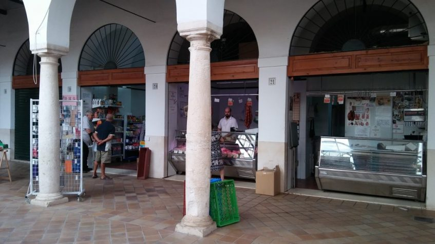 El mercado conserva el claustro del antiguo convento de San Francisco de Osuna. Foto: CosasDeComé.