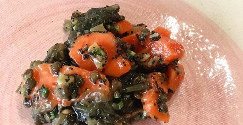 Ensalada de papaya y lentejas caviar de Contenedor. Foto: Contenedor