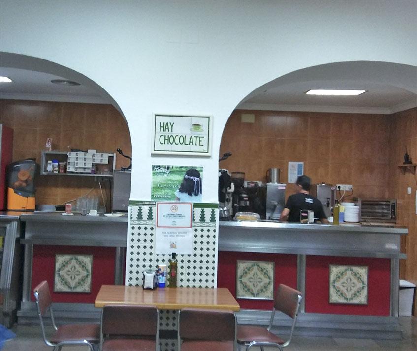 La barra de la cafetería Chari. Foto: Cosasdecome