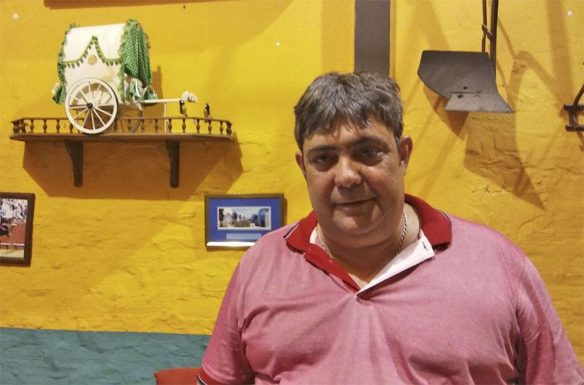 Juan Manuel Marquez posa en el comedor de Casa Batato decorado con motivos rocieros. Foto: Cosasdecome