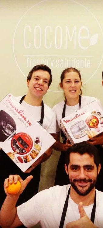 Mariano de España y Juan Navarro (que aparece en la parte de abajo), dos de los socios de Cocome junto a una de las trabajadoras del establecimiento. Foto: Cedida por Cocome