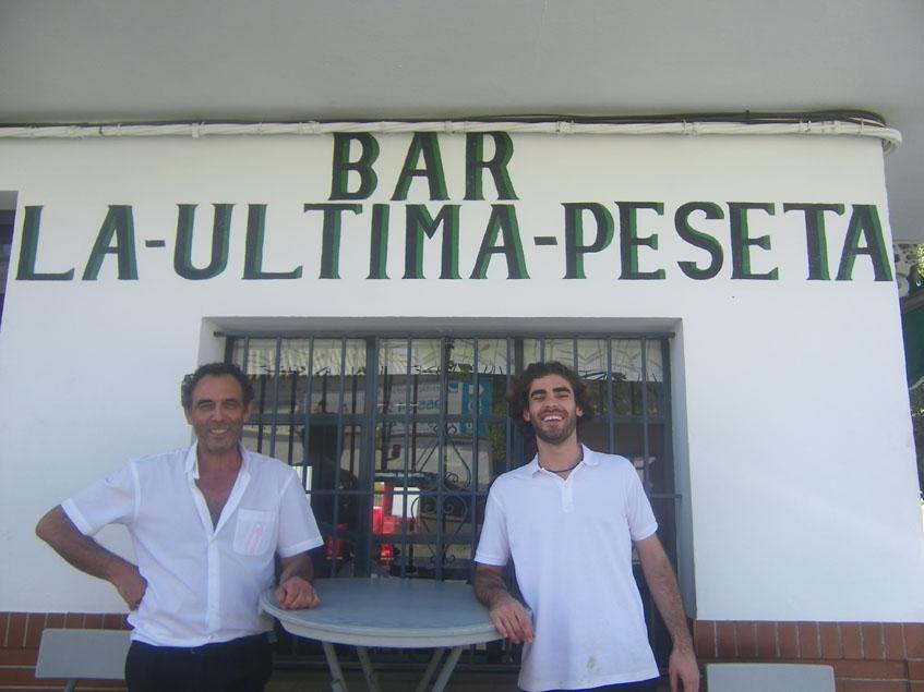 José Manuel Lastra, uno de los hijos del fundador del bar, junto a un empleado del establecimiento. Foto: Cosasdecome