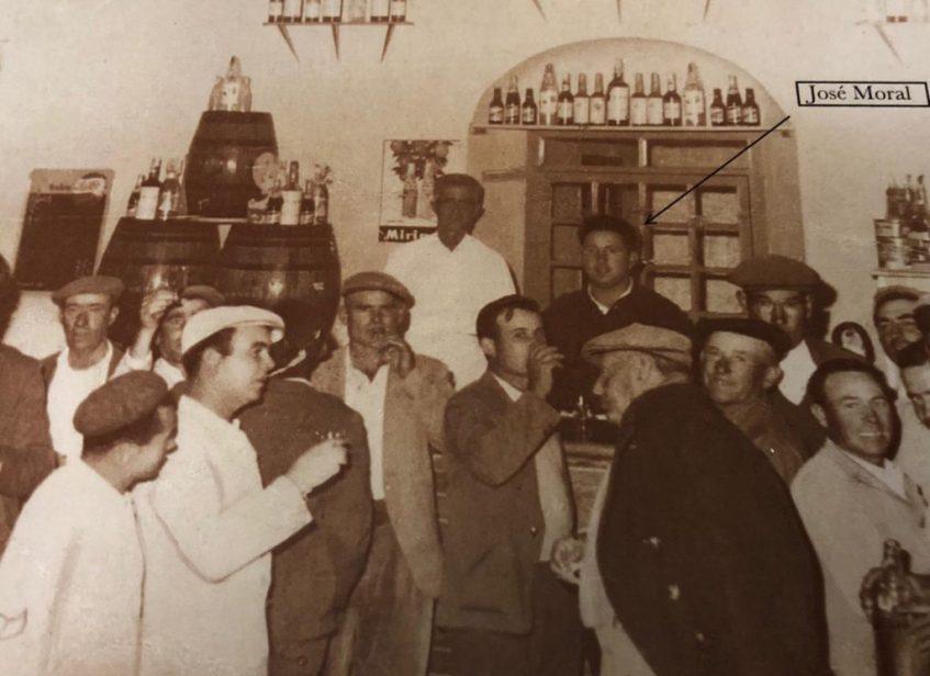 José Moral Algarín convirtió la bodega y despacho de vinos de su padre en un bar. Foto cedida por el establecimiento.