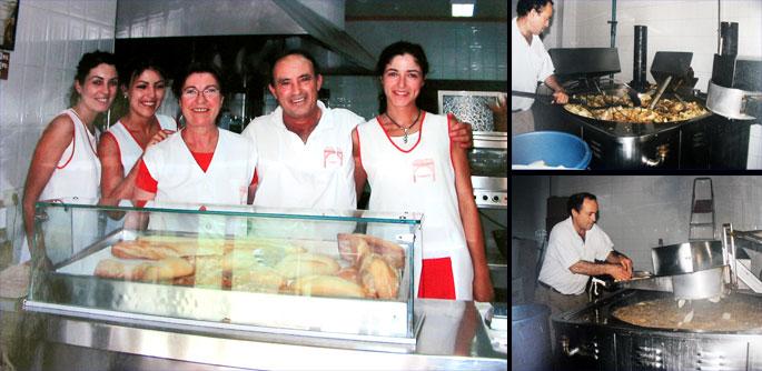 Juan García y Dolores Prieto, creadores de Patatas Fritas Umbrete, junto a sus tres hijas que regentan el negocio en la actualidad. Foto cedida por el establecimiento.