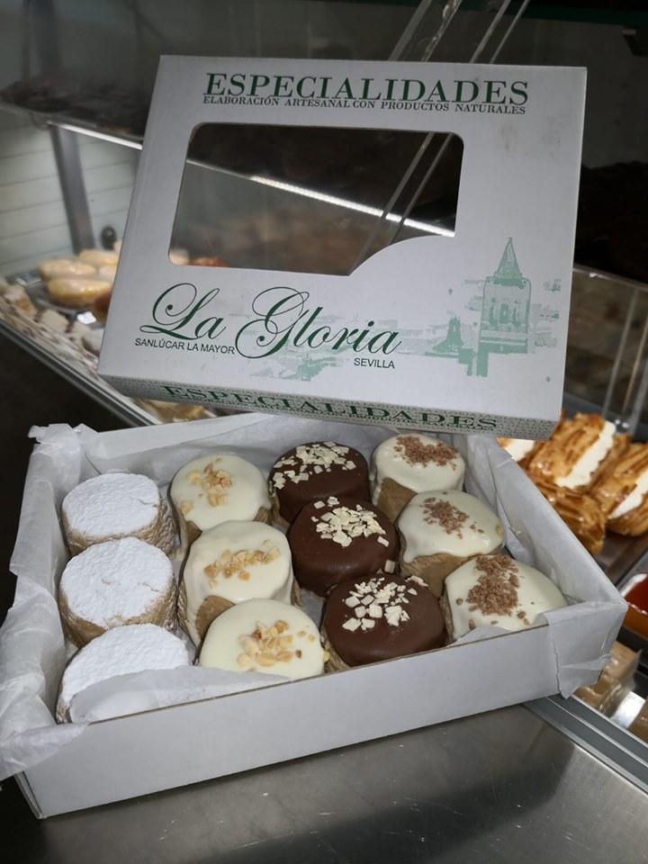 Los mantecados de La Gloria y sus coberturas de chocolate blanco, con leche y azúcar glas. Foto cedida por el establecimiento.