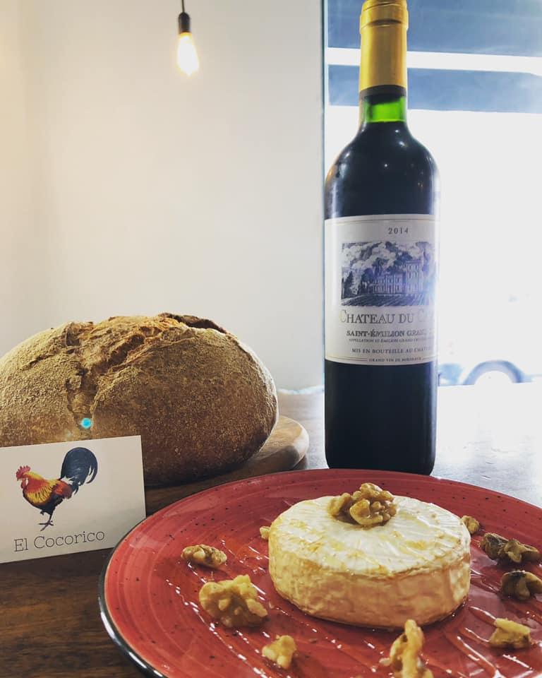 Última tapa 'fuera de carta' del Cocorico: Camembert al horno con miel. Foto cedida por el establecimiento.