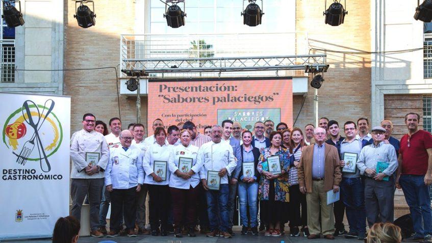 Una veintena de establecimiento son protagonistas de esta obra sobre la gastronomía de los Palacios. Foto cedida por el Ayuntamiento.
