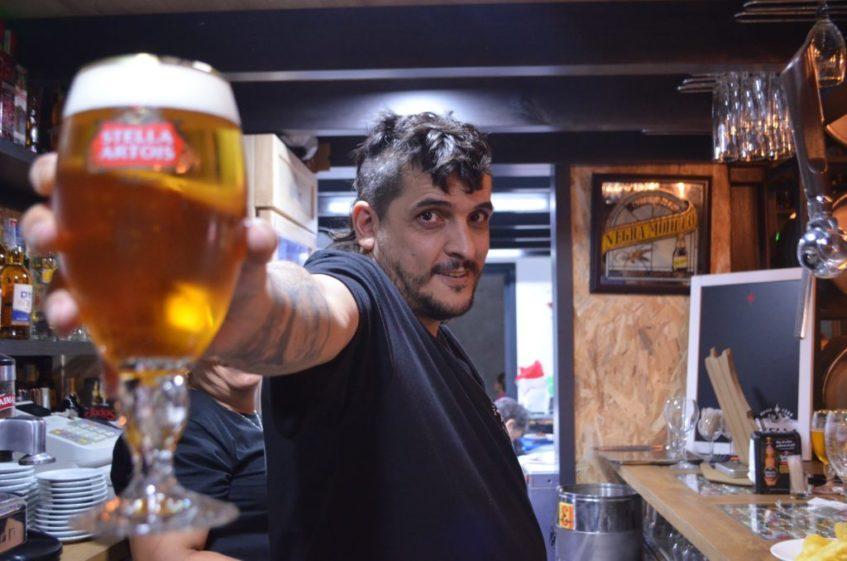 Francisco Marquina, propietario del Museo de la Cerveza de Pedrera. Foto cedida por el establecimiento.