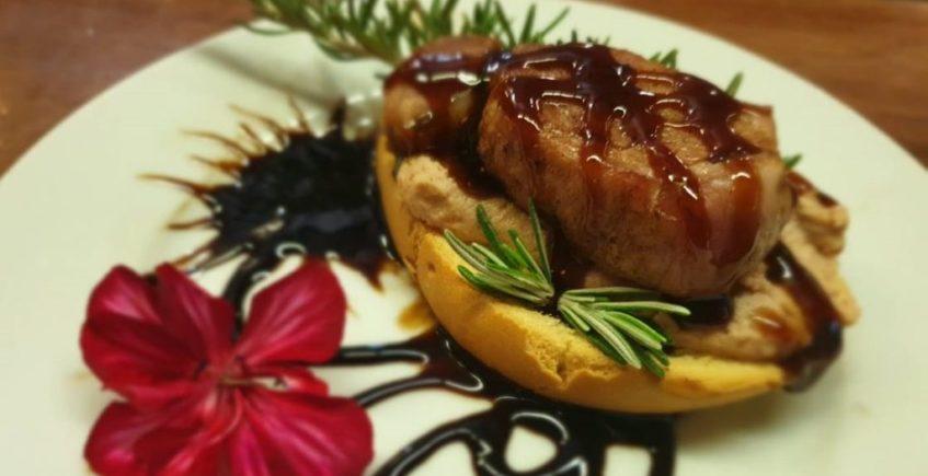 Las hamburguesas y croquetas de cordero se comen en Cazalla de la Sierra