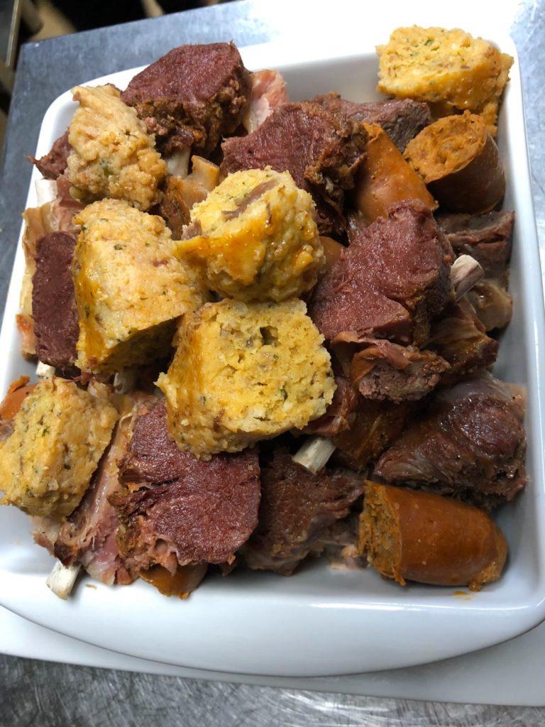 La carne es el primero de los platos que se sirve en el cocido maragato de Zarandaja. Foto cedida por el establecimiento.