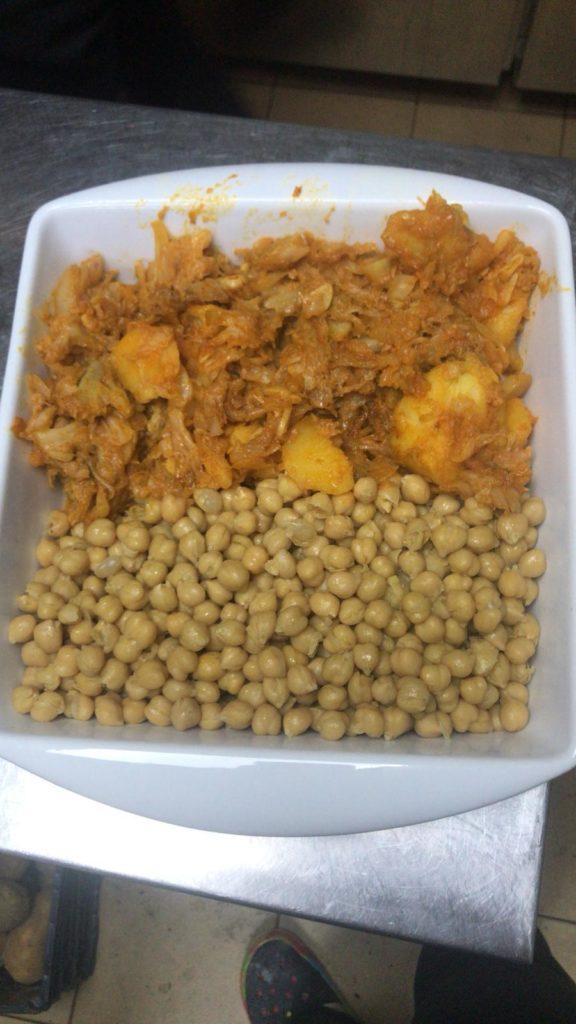Los garbanzos de María del Mar van con berza y patata sazonada con aceite y pimentón. Foto cedida por el establecimiento.