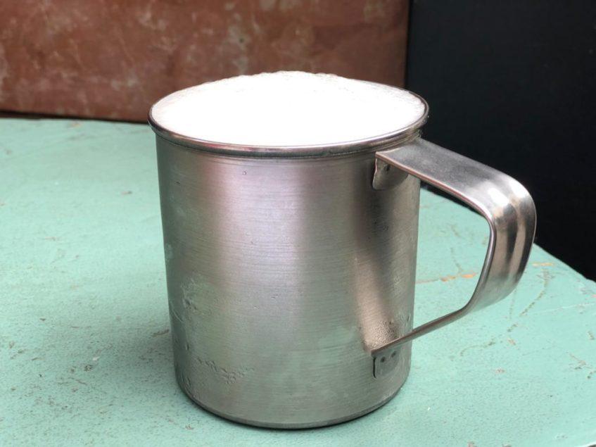 Las cervezas en Entrecárceles se sirven en su tradicional jarrillo de lata. Foto: CosasDeComé.