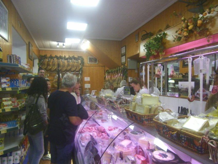 En Rivero se encuentra desde la carne de cerdo ibérico pasando por los embutidos clásicos y originales productos de invención propia como el salchichón ibérico con jamón cortado a tacos. Foto: CosasDeComé