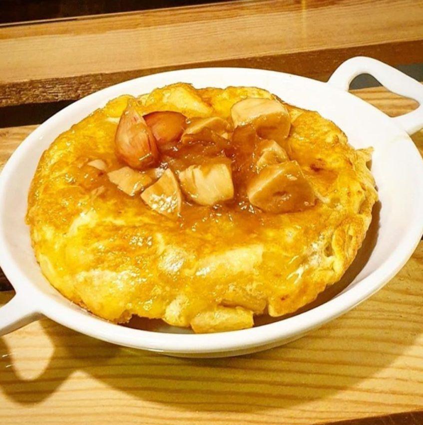La tortilla de patatas con salsa al whisky es uno de los clásicos de Bocatti. Foto cedida por el establecimiento.