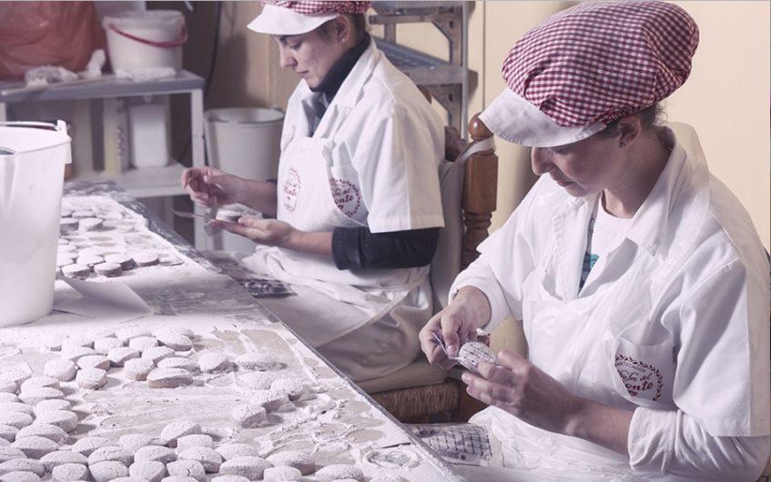 Las mujeres cazalleras elaboran estos mantecados desde 1930. Foto cedida por el establecimiento.