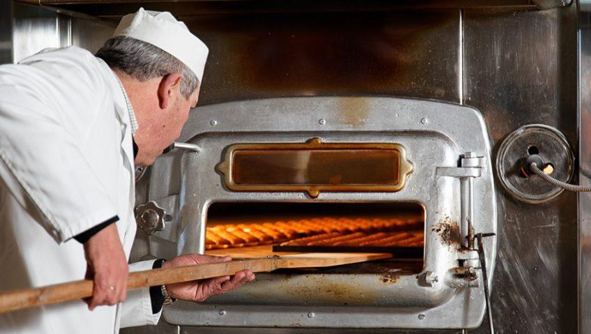 Cochura de los mantecados en horno de leña. Foto cedida por el establecimiento.