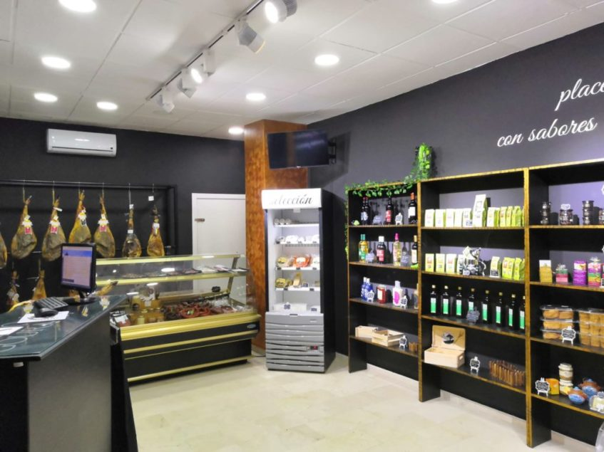 El interior de la tienda cuenta con una selección de jamones, licores y otras delicatesen. Foto cedida por el establecimiento.