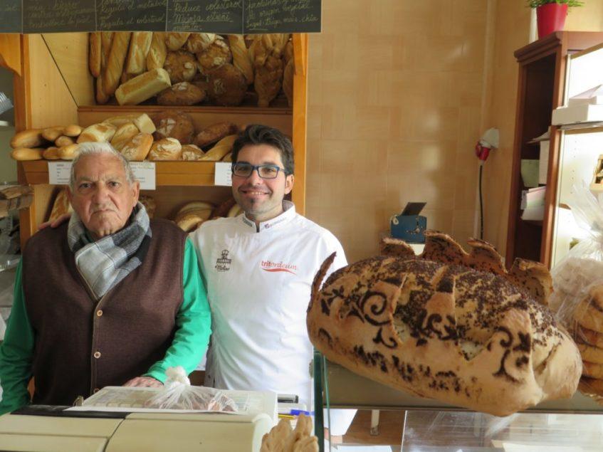 Juan junto a su padre, de quien heredó la pasión panadera que ya se ha transmitido a la cuarta generación de la familia. Foto: CosasDeComé.