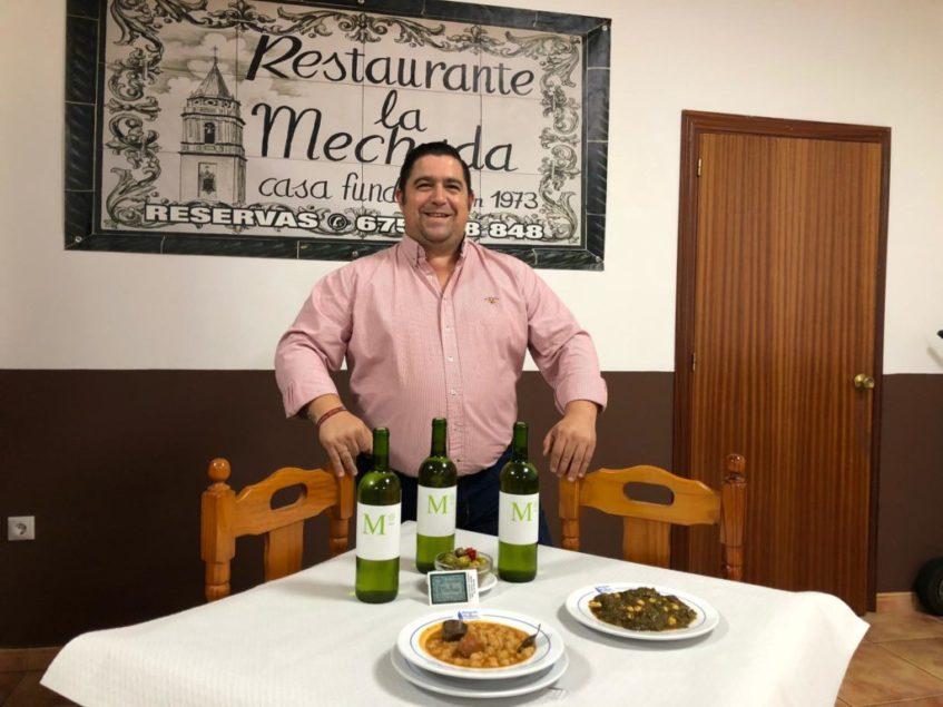 Jesús García Lunar se muestra orgulloso de los guisos caseros y el mosto de su localidad. Foto: CosasDeComé.