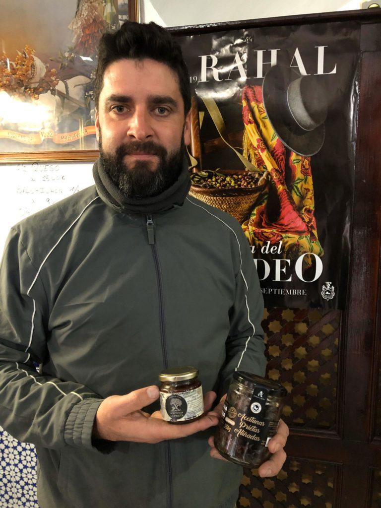 El emprendedor Antonio Sánchez, de aceitunas La Prieta, ha conseguido envasar y comercializar esta aceituna autóctona de la campiña sevillana. Foto: CosasDeComé.