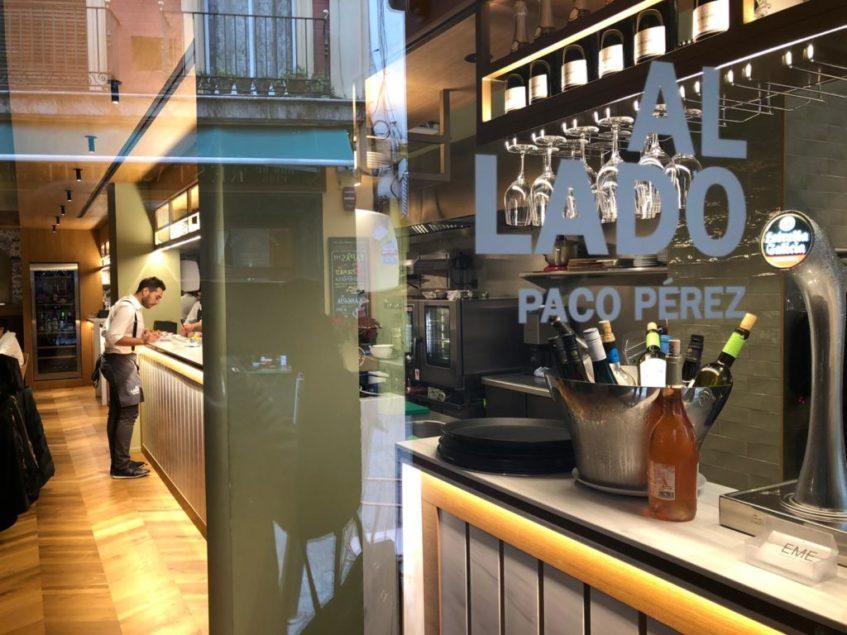 Acceso al nuevo restaurante de Paco Pérez desde la calle Álvarez Quintero. Foto: CosasDeComé.