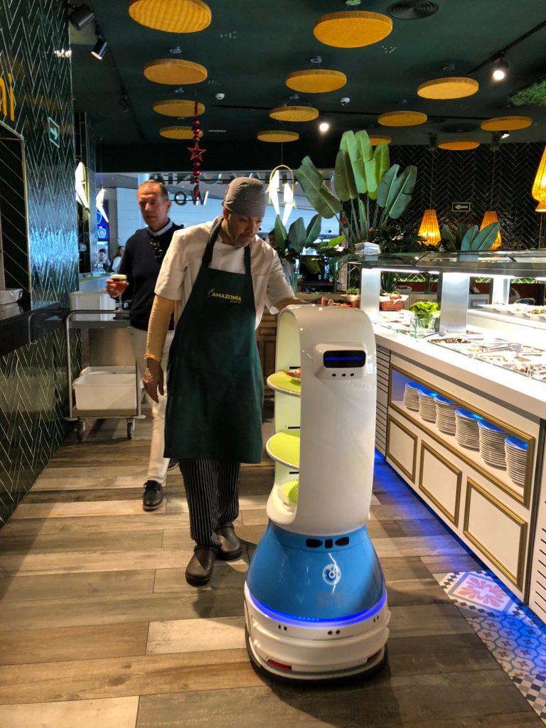 Cacahuete está perfectamente integrado entre los trabajadores del establecimiento. Foto: CosasDeComé.