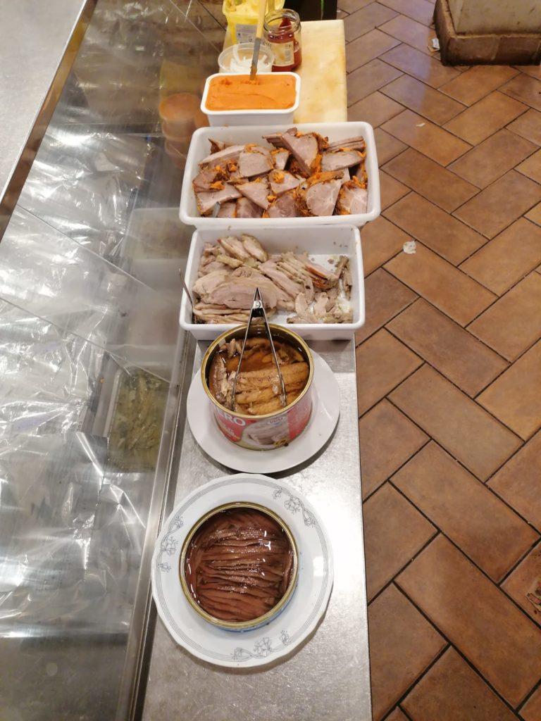Algunos de los ingredientes de las tostadas de Baltanás, prestos a ser servidos. Foto cedida por el establecimiento.